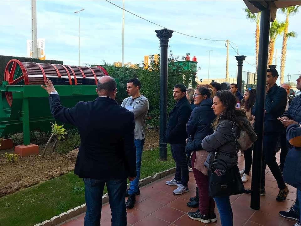 Alumnos de la Escuela de Hostelería de Torremolinos visitando la maquinaria expuesta en el exterior de Bodegas Quitapenas.