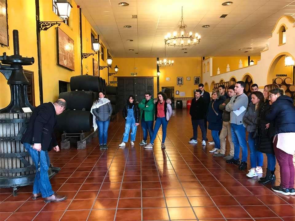 Alumnos de la Escuela de Hostelería de Torremolinos visitando la maquinaria expuesta en el interior de Bodegas Quitapenas.