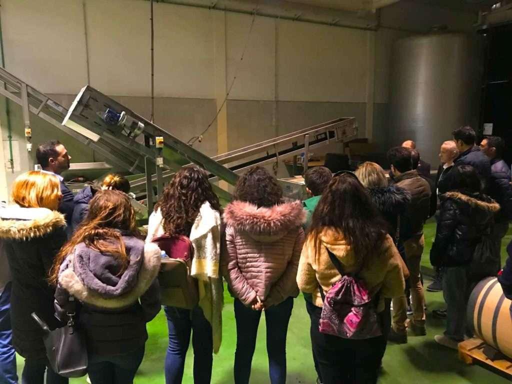Alumnos de la Escuela de Hostelería de Torremolinos visitando el lagar de Bodegas Quitapenas.