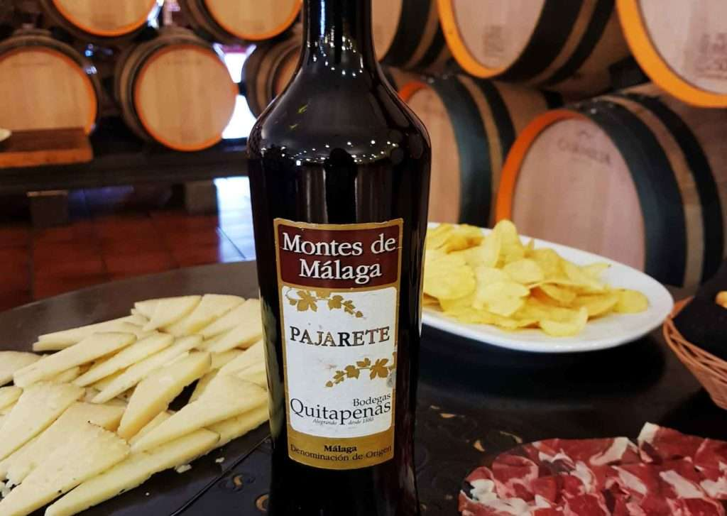 Vino Pajarete, vino de málaga con aperitivos a su alrededor